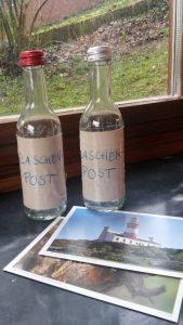 Die fertigen Flaschenpost-Flaschen samt Postkarten